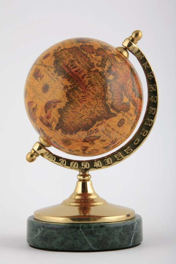 Vecchio globo sulla base di marmo immagini stock libere da diritti