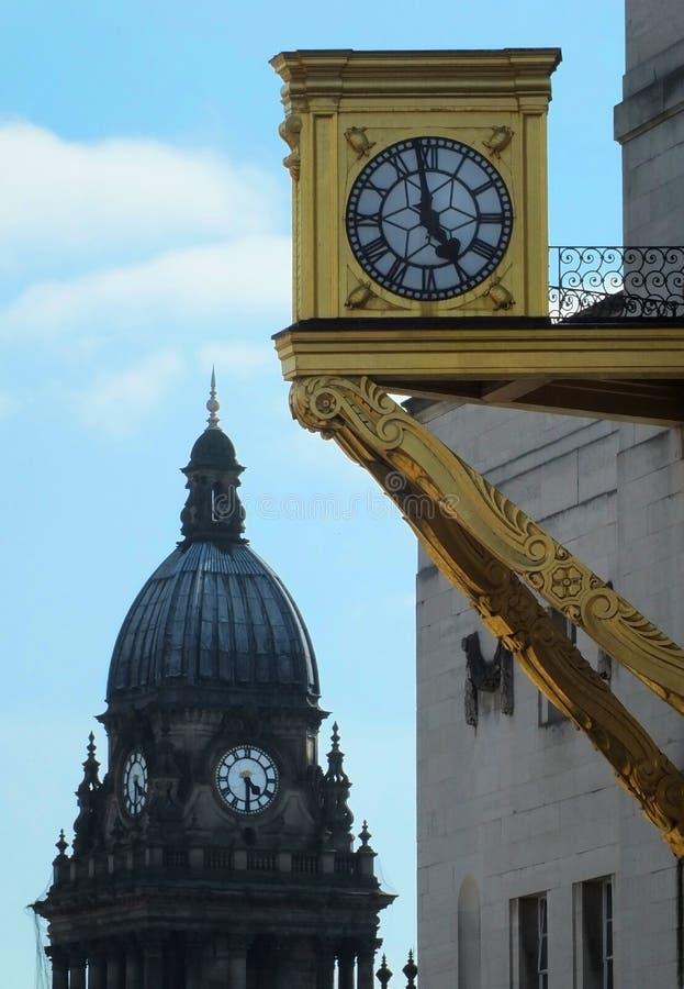 vecchio goldclock sul corridoio civico di Leeds con la cupola del municipio nei precedenti immagini stock libere da diritti