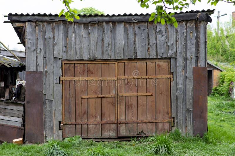 Vecchio granaio decrepito con un portone, fondo immagine stock libera da diritti
