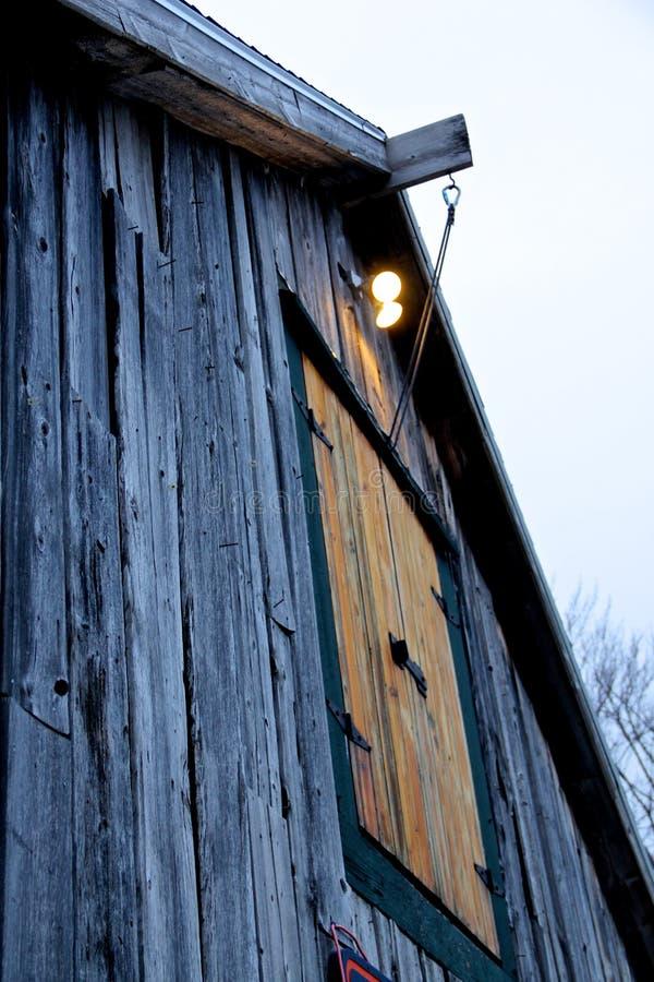 Vecchio granaio di legno sbiadito nell'inverno fotografie stock libere da diritti