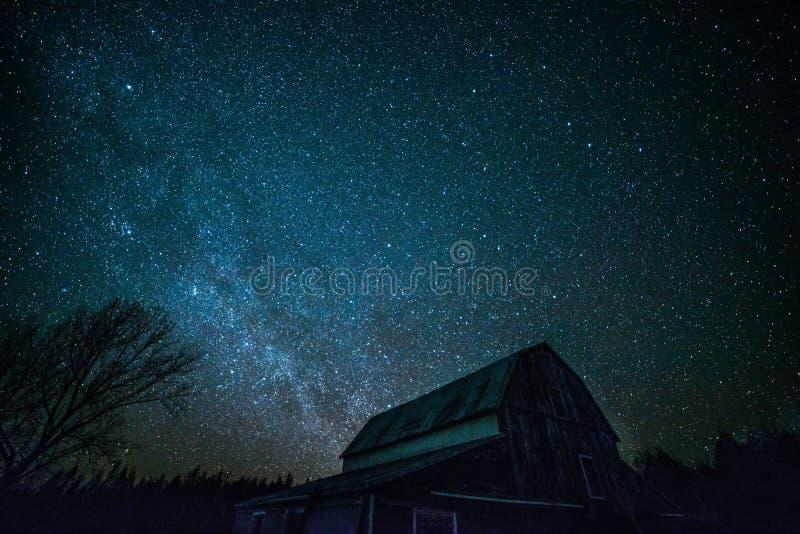 Vecchio granaio di Ontario e le stelle di notte fotografia stock libera da diritti