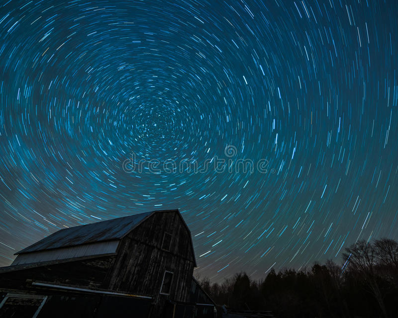 Vecchio granaio di Ontario ed il trascinamento delle stelle di notte fotografie stock
