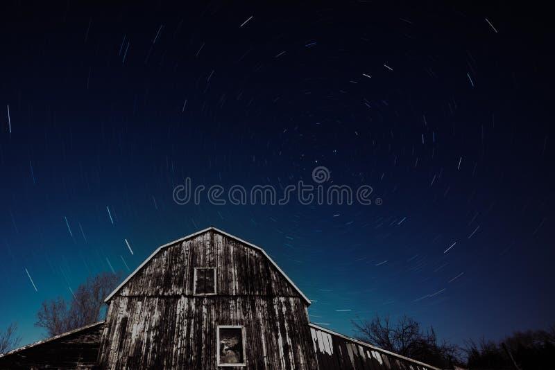 Vecchio granaio di Ontario ed il trascinamento delle stelle di notte immagine stock