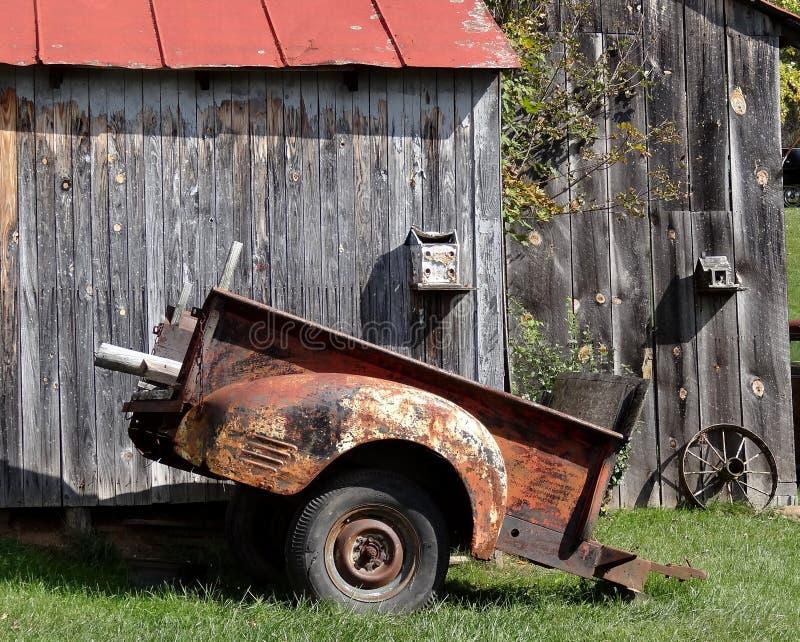 Vecchio granaio di Red Roof del tabacco con la vecchia automobile immagine stock