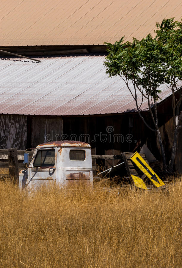 Vecchio granaio e camion arrugginito immagini stock