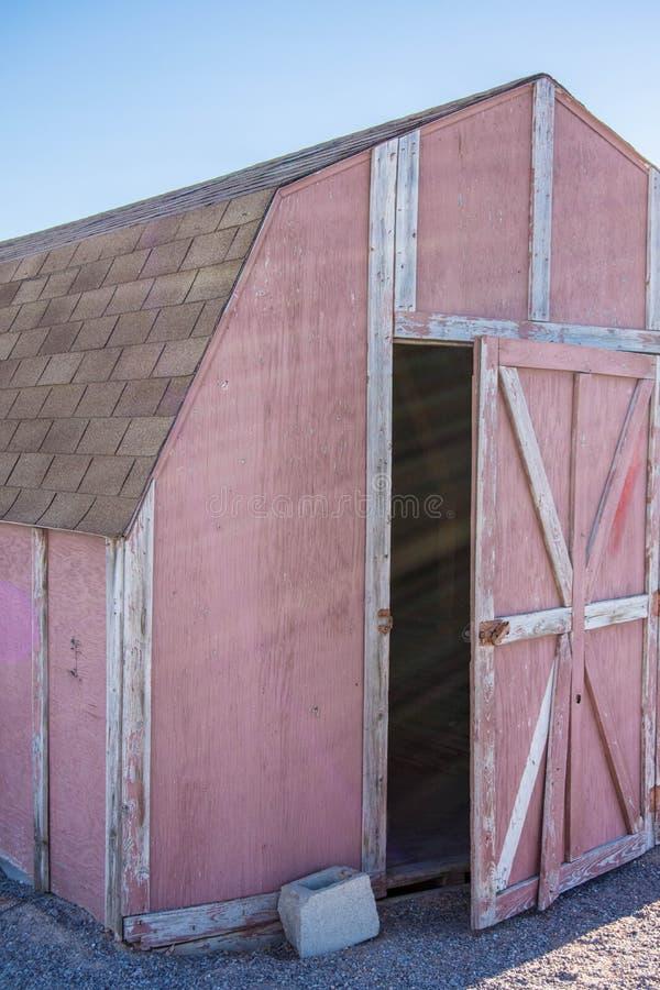 Vecchio granaio rosso sbiadito con la pelatura della pittura fotografia stock
