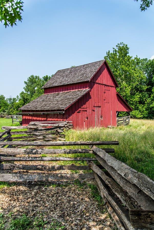 Vecchio granaio rosso su un'azienda agricola fotografia stock