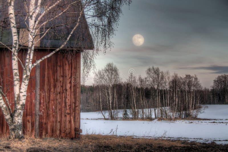 Vecchio granaio rosso in un paesaggio della campagna fotografia stock