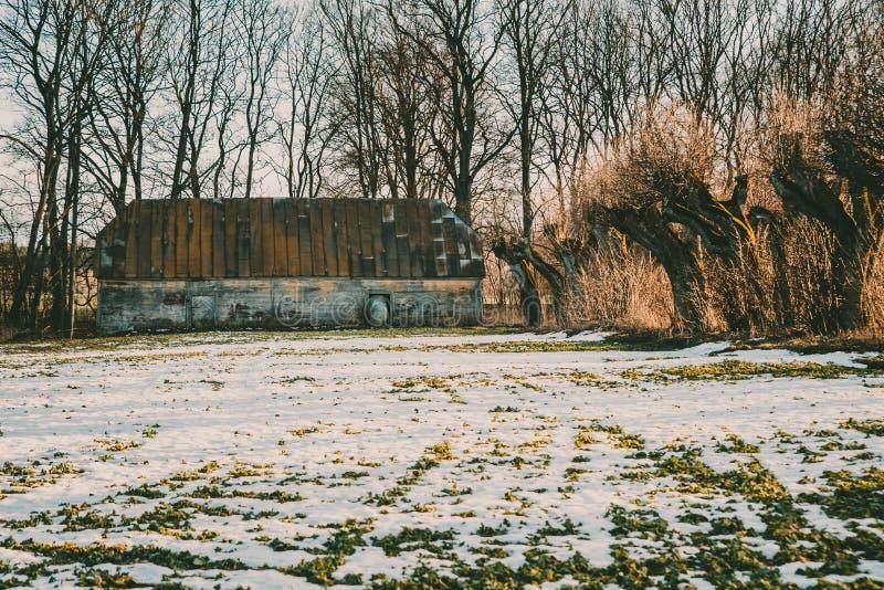 Vecchio granaio rotto ed abbandonato di legno nell'inverno fotografie stock