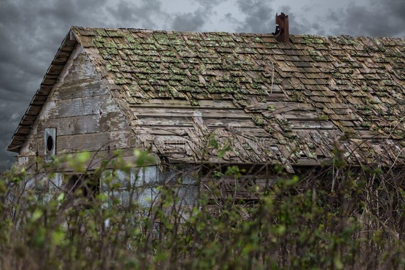 Vecchio granaio sotto i cieli tempestosi fotografia stock libera da diritti