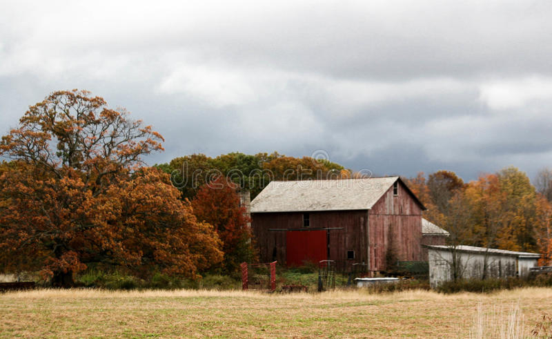 Vecchio granaio in un campo fotografia stock