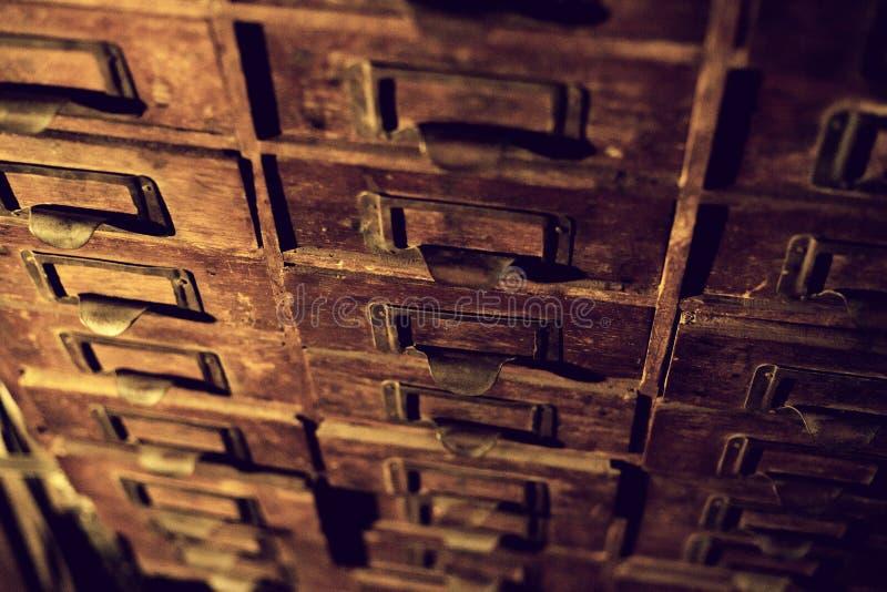 Vecchio guardaroba di legno con i piccoli cassetti per la conservazione delle lettere, mini-guardaroba fatto a mano del XIX secol immagini stock libere da diritti