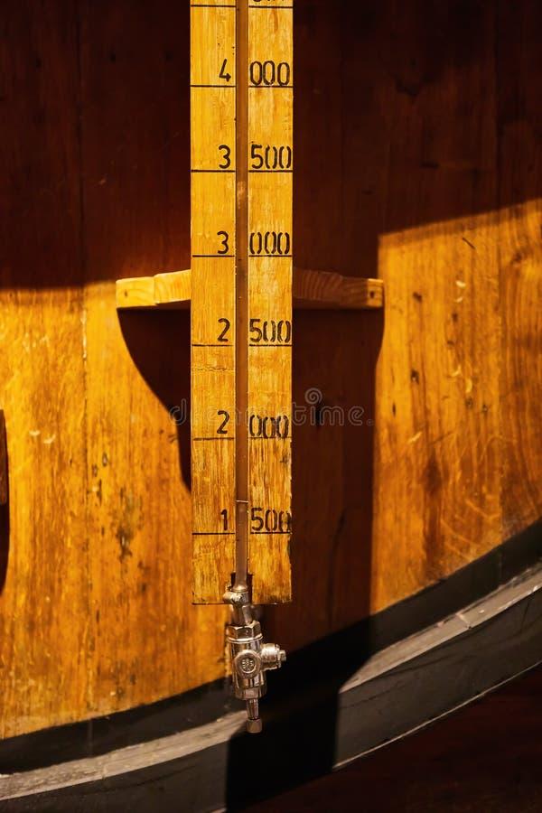 Vecchio ha invecchiato i barilotti di legno tradizionali con vino in una volta allineata in cantina fresca e scura in Italia, Opo fotografia stock libera da diritti