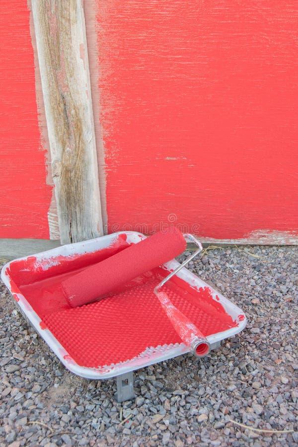 Vecchio ha sbiadito il granaio rosso che è dipinto immagini stock