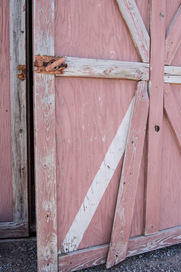 Vecchio ha sbiadito il granaio rosso che ? dipinto fotografia stock libera da diritti