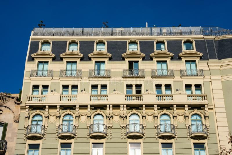 Vecchio hotel di costruzione dei balconi e della facciata maestoso immagine stock