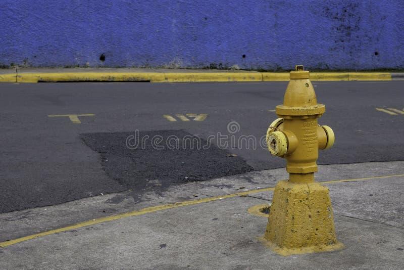 Vecchio idrante antincendio giallo in Escazu, San José fotografia stock libera da diritti
