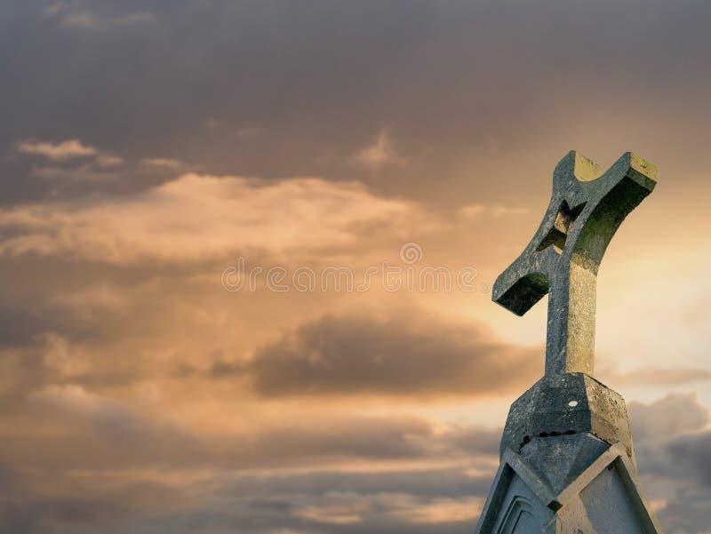Vecchio incrocio di pietra contro il cielo dell'insieme del sole, fuoco selettivo, religione di concetto, cattolico, fede, spazio immagine stock libera da diritti