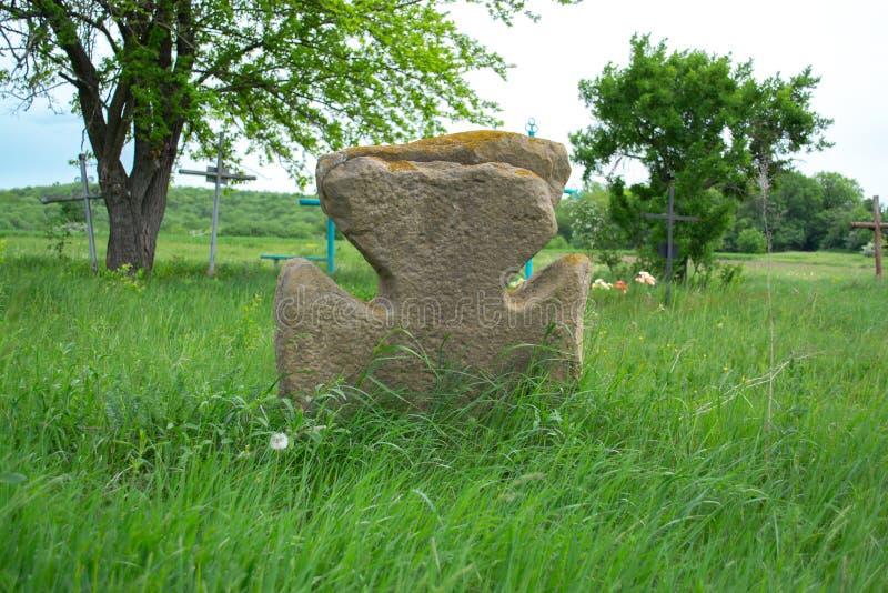 Vecchio incrocio di pietra su un prato verde fotografia stock libera da diritti