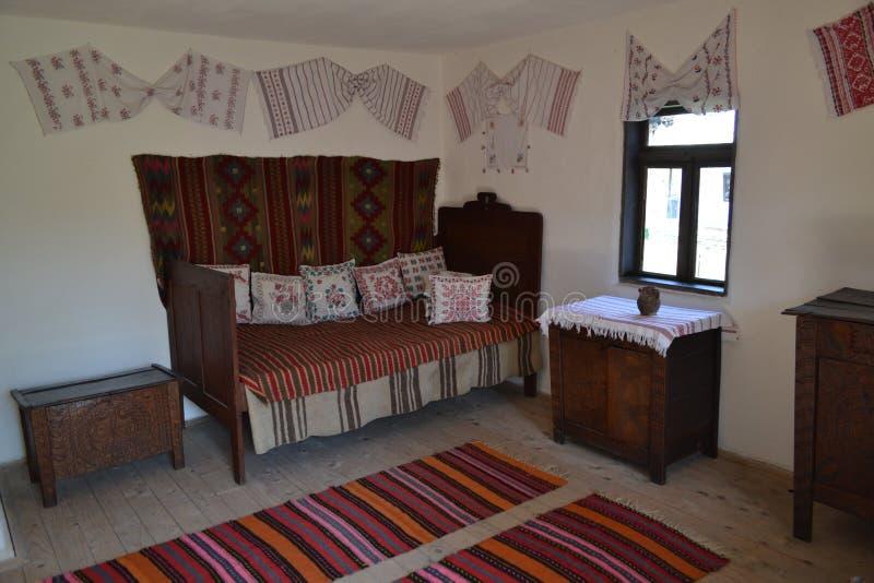 Vecchio interno della casa di campagna fotografia stock for Interno della casa