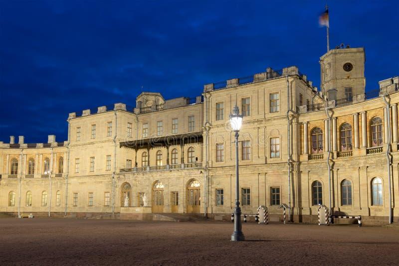 Vecchio lampione contro lo sfondo di un'entrata principale della notte del palazzo di Gatcina maggio Gatchina, Russia fotografia stock libera da diritti