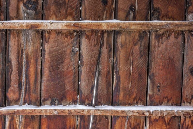 Vecchio legno del granaio con neve fotografia stock