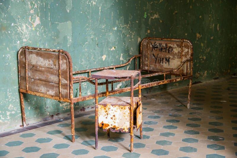 Vecchio letto abbandonato della clinica fotografia stock