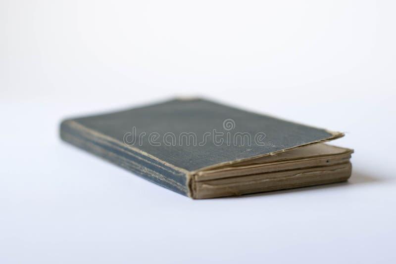 Vecchio libro antico su bianco Libro del coperchio in bianco immagine stock