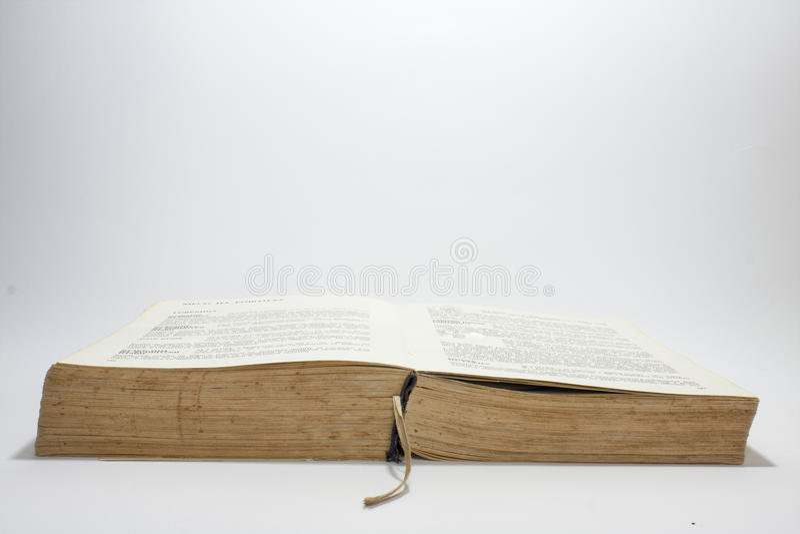 Vecchio libro aperto con le pagine gialle fotografia stock libera da diritti