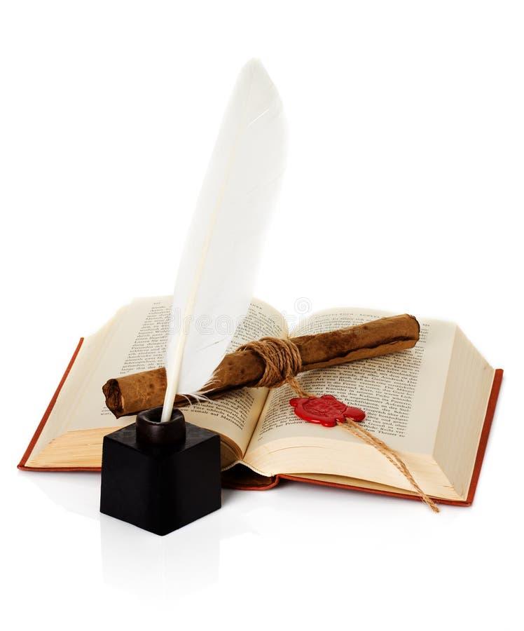 Vecchio libro con la penna di spoletta e del calamaio immagini stock libere da diritti