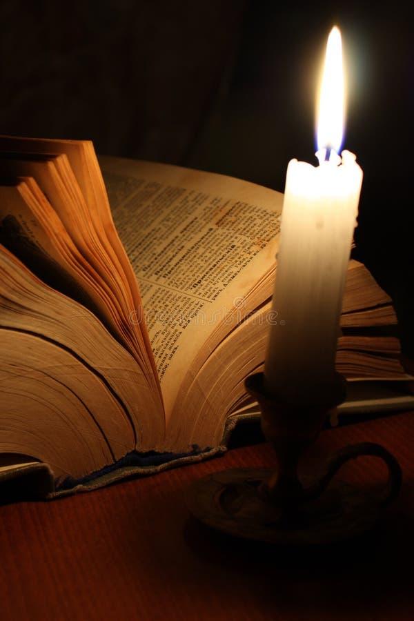 Vecchio libro e candela fotografia stock