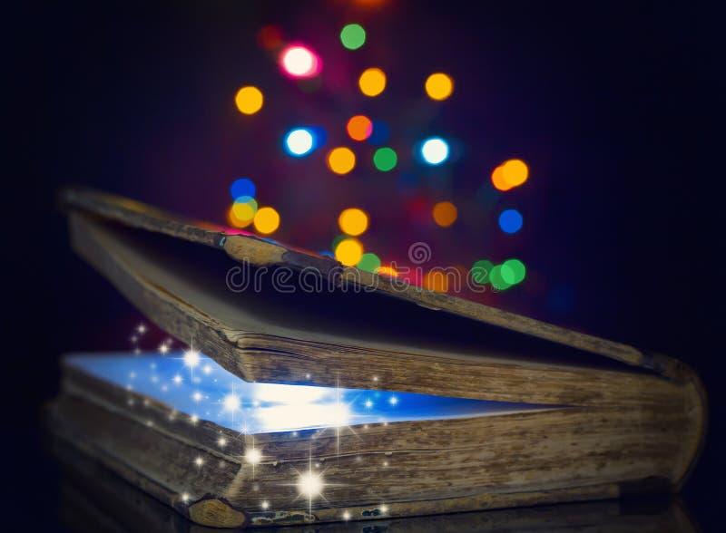 Vecchio libro magico immagini stock