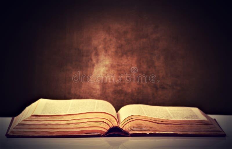 Vecchio libro marrone aperto fotografia stock libera da diritti