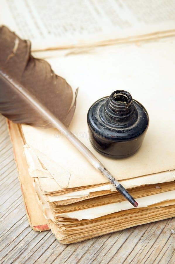 Vecchio libro, spoletta ed inchiostro nero fotografia stock libera da diritti