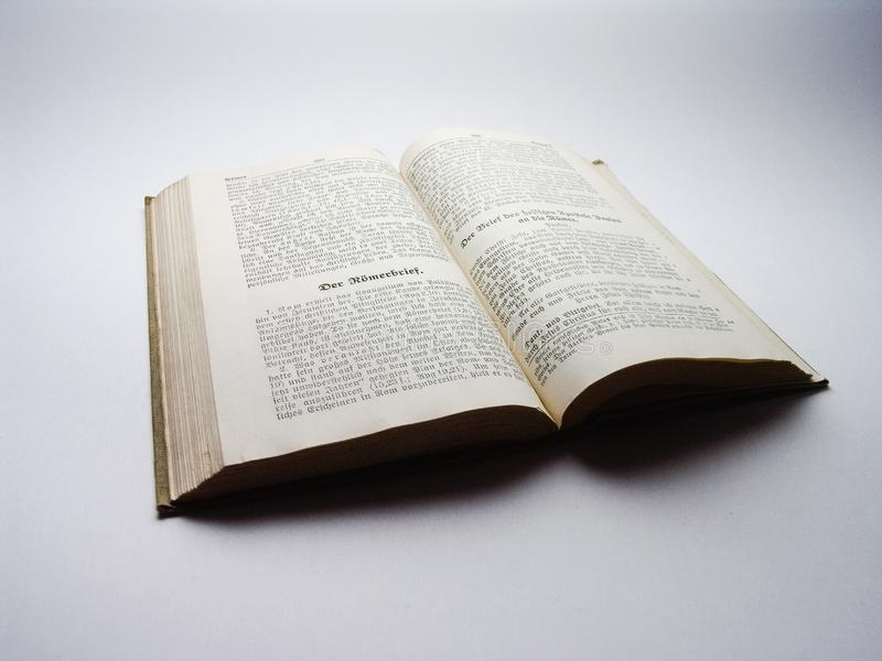 Vecchio libro - vecchia bibbia tedesca immagini stock libere da diritti