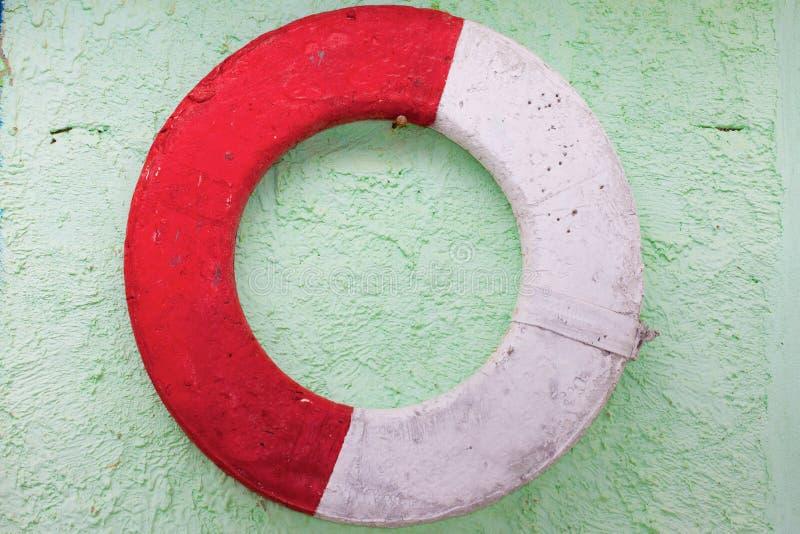 Vecchio lifebuoy su una parete immagine stock