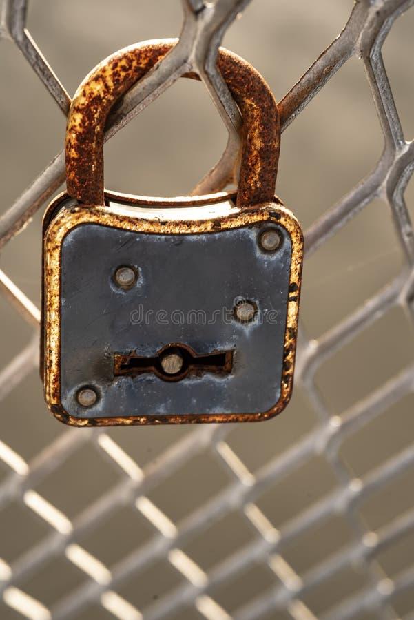 Vecchio lucchetto arrugginito sul recinto del metallo immagine stock