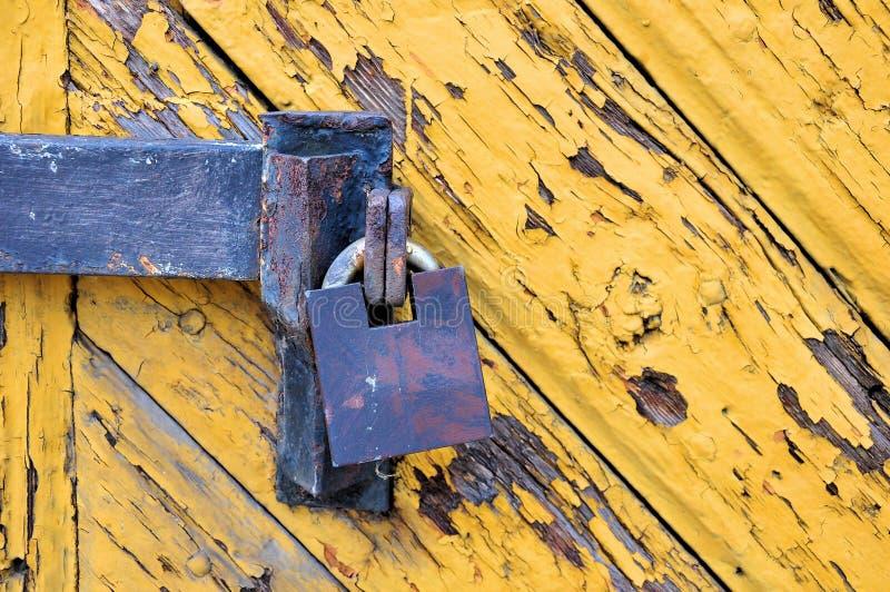 Vecchio lucchetto su una porta di legno immagine stock libera da diritti
