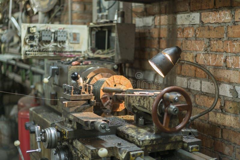 Vecchio macchinario in una fabbrica dal mid-20th c macchina utensile funzionante Vecchio tornio fotografia stock libera da diritti