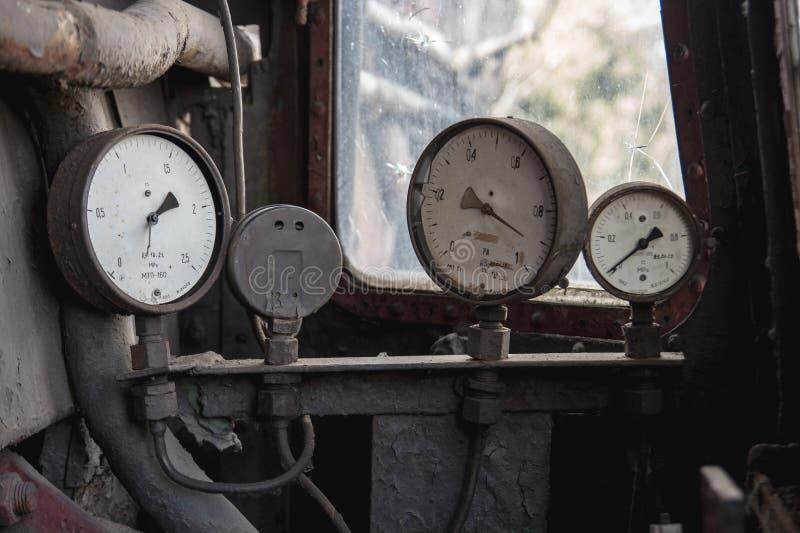 Vecchio manometro rotto tre ad un vecchi petrolio e gas abbandonati immagine stock libera da diritti