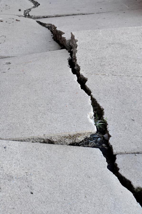 Vecchio marciapiede incrinato tagliato del cemento immagini stock libere da diritti