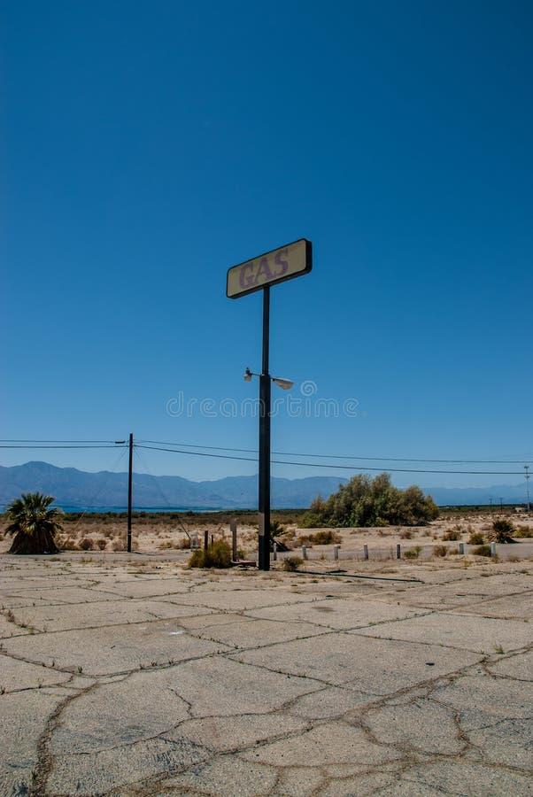 Vecchio mare di Salton del segno della stazione di servizio, California immagine stock