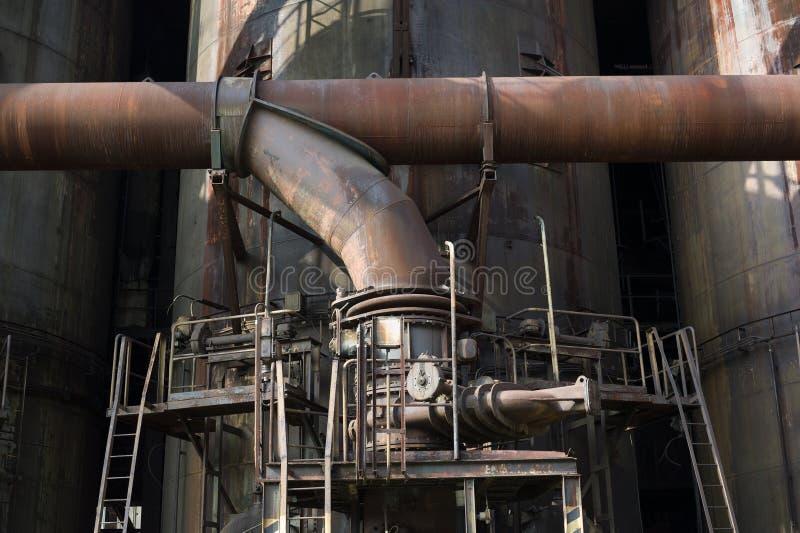 Vecchio meccanismo industriale arrugginito della conduttura immagine stock libera da diritti