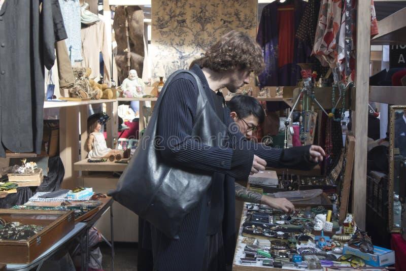 Vecchio mercato coperto di Spitalfields nei villaggi della torre con la gente non identificata immagine stock