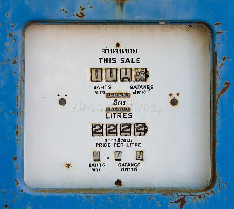 Vecchio metro analogico della pompa di gas immagini stock libere da diritti