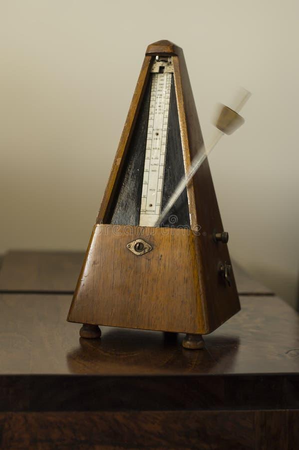 Vecchio metronomo fotografia stock