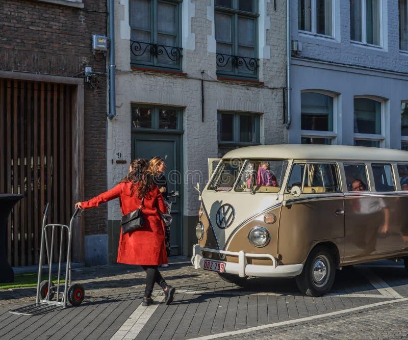 Vecchio minibus di Volkswagen sulla via antica fotografia stock