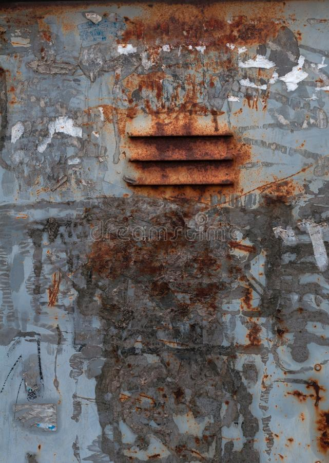 Vecchio misero arrugginito con pittura grigia e un pezzo per il contenitore di ferro di ventilazione fotografia stock libera da diritti