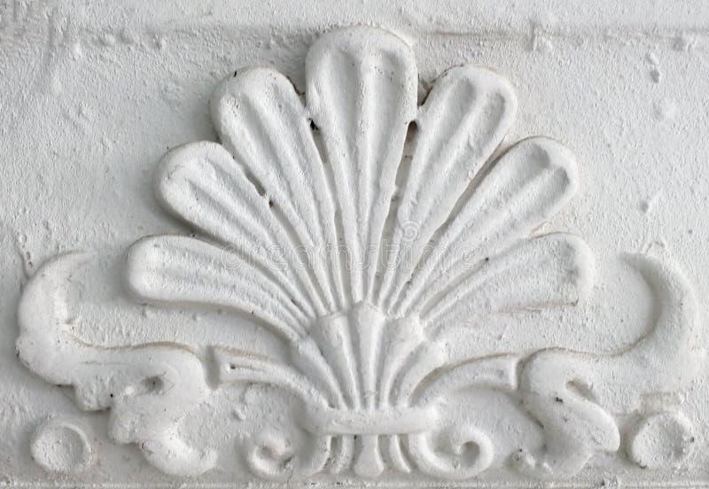 Vecchio modanatura dello stucco Elemento decorativo d'annata su struttura bianca della parete fotografia stock