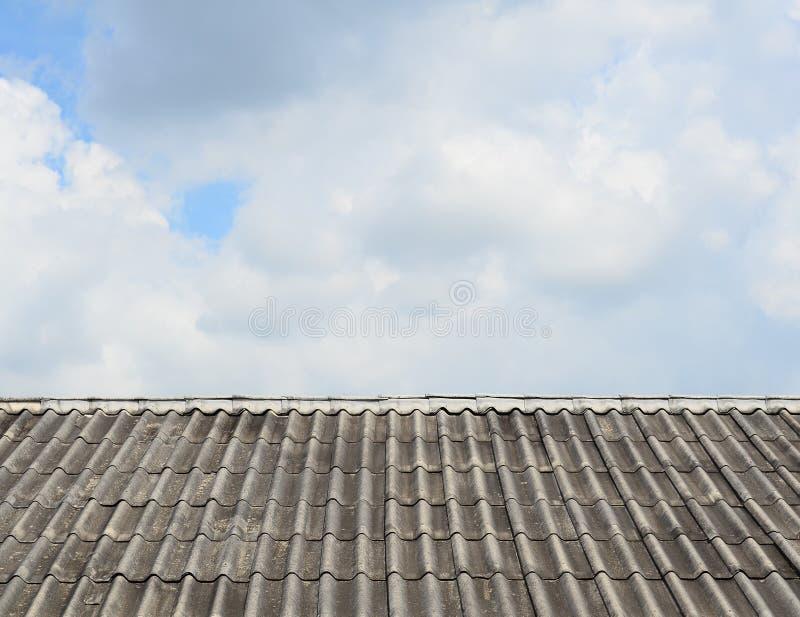 Vecchio modello delle mattonelle di tetto sopra il cielo immagini stock libere da diritti